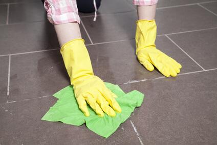 Fliesen im Badboden reinigen